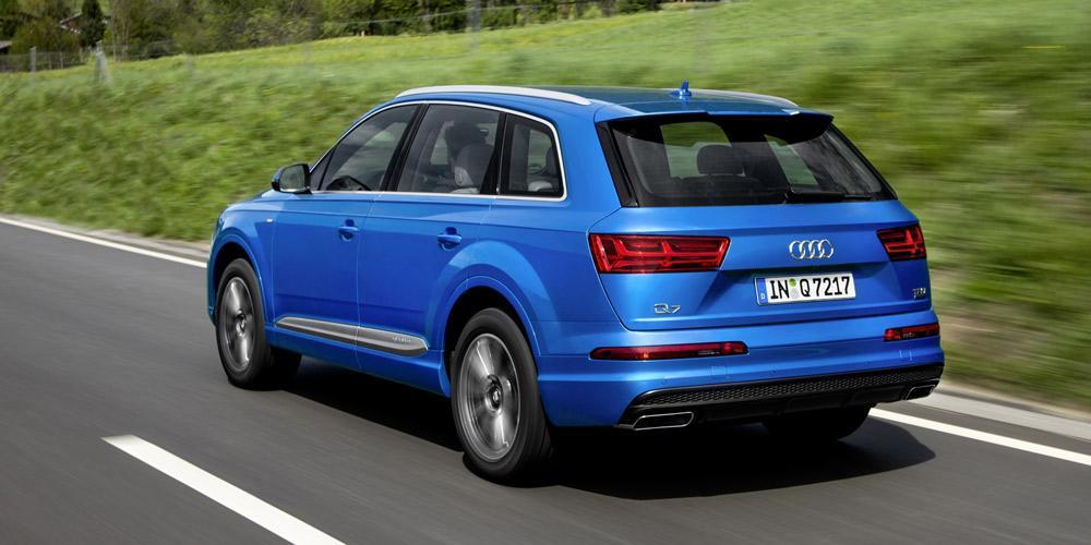 Ein blauer Audi Q7 (2016) von hinten.