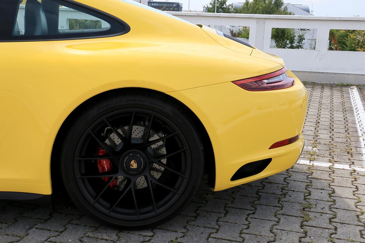 Porsche 911 Carrera GTS gelb linkes Hinterrad hinterer Kotflügel