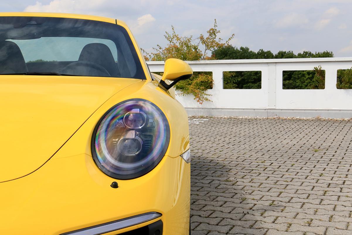 Porsche 911 Carrera GTS gelb Halbfrontalaufnahme
