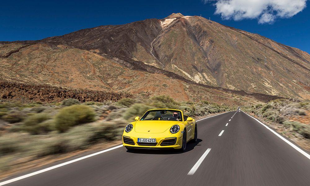 Porsche 911 Carrera S Cabriolet fahrend auf Landstraße in Bergen