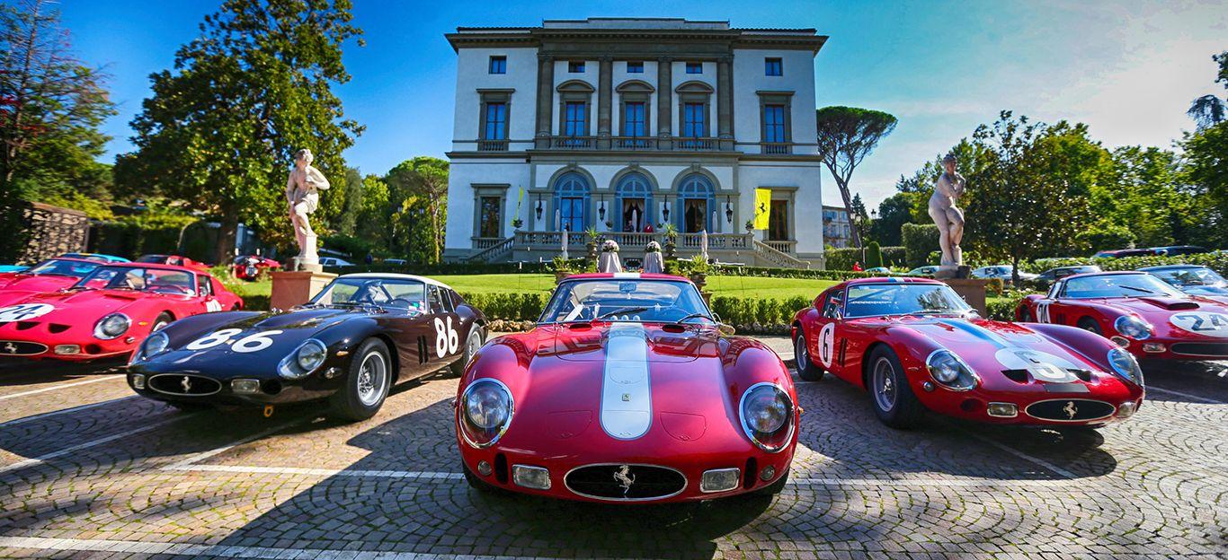 Mehrere Ferrari 250 GTO versammeln sich anlässlich des 70. Jahrestages der Marke nach einer Rally vor einer italienischen Villa