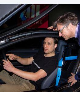 Christian Finke erklärt Christoph Eichholz den BMW i8.