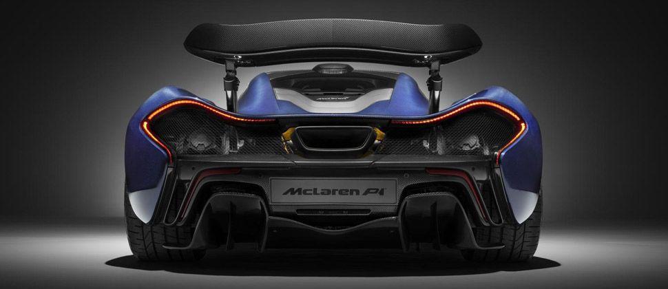 Ein blauer McLaren P1 von hinten.