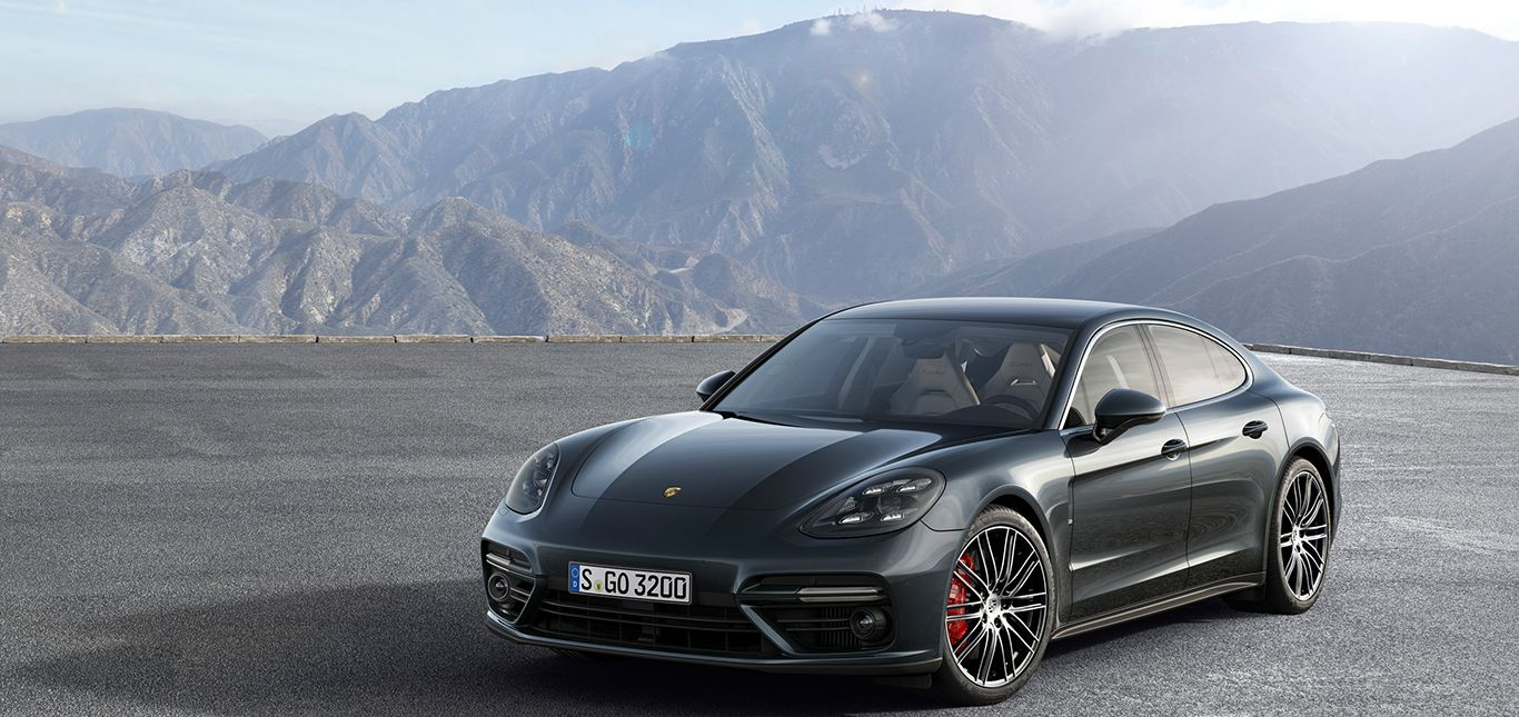Porsche Panamera Turbo parkend schräg links vorne Berge im Hintergrund