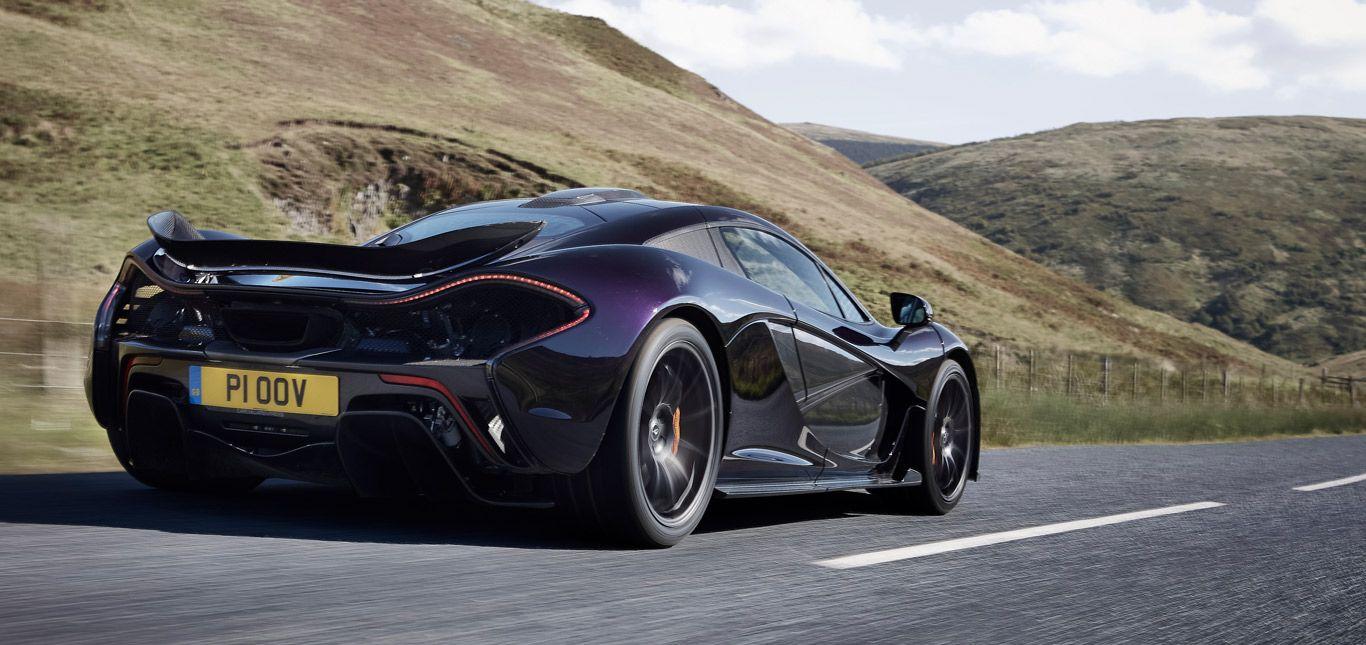 Ein schwarzer McLaren P1 auf einer Landstraße.