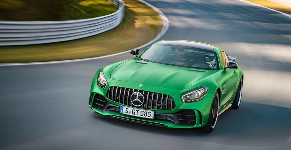 Mercedes AMG GT R grün schräg links vorne auf Rennstrecke