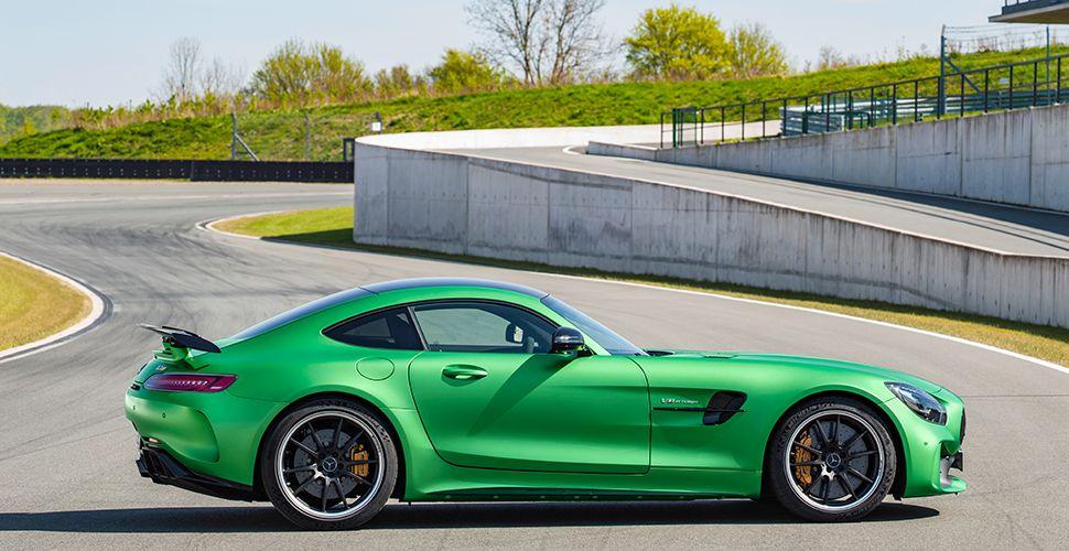 Seitenansicht Mercedes AMG GT R geparkt auf Rennstrecke