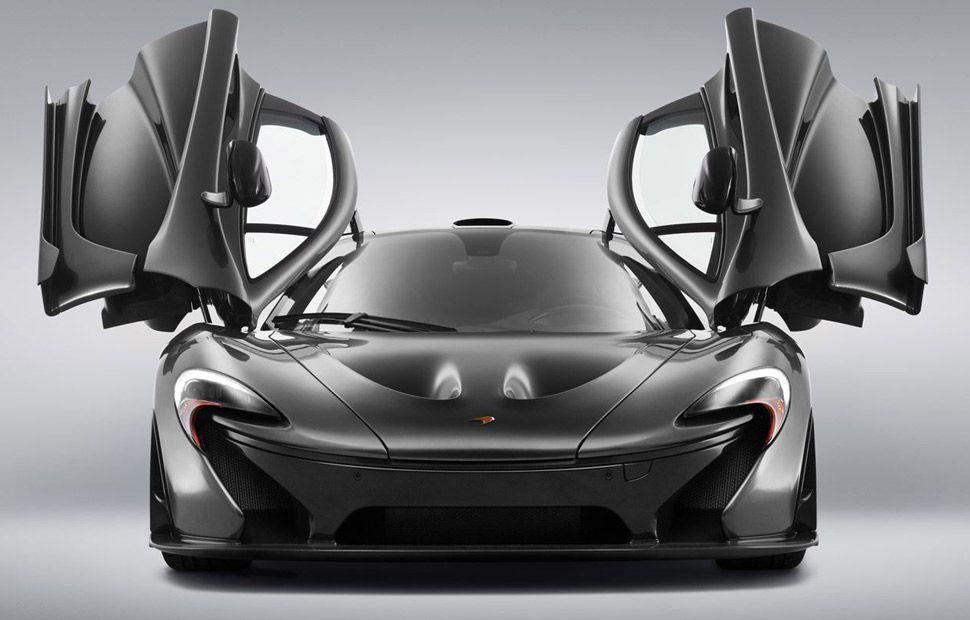 Der McLaren P1 mit geöffneten Scherentüren.