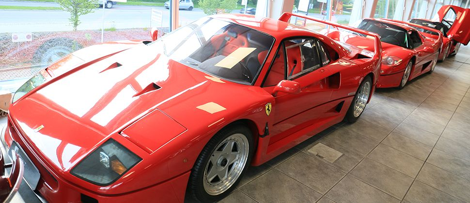 Verschiedene Ferraris im Showroom der Schaltkulisse München.