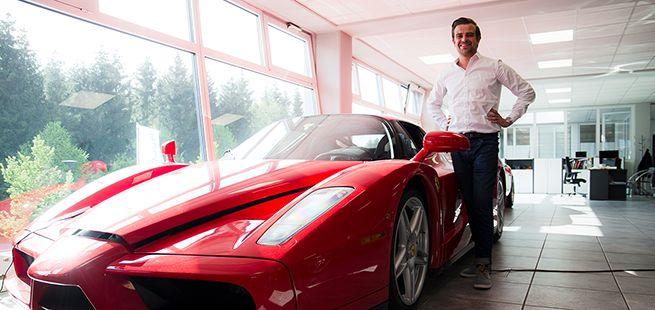 Kevin Braun, Chef der Schaltkulisse München, vor einen Ferrari Enzo