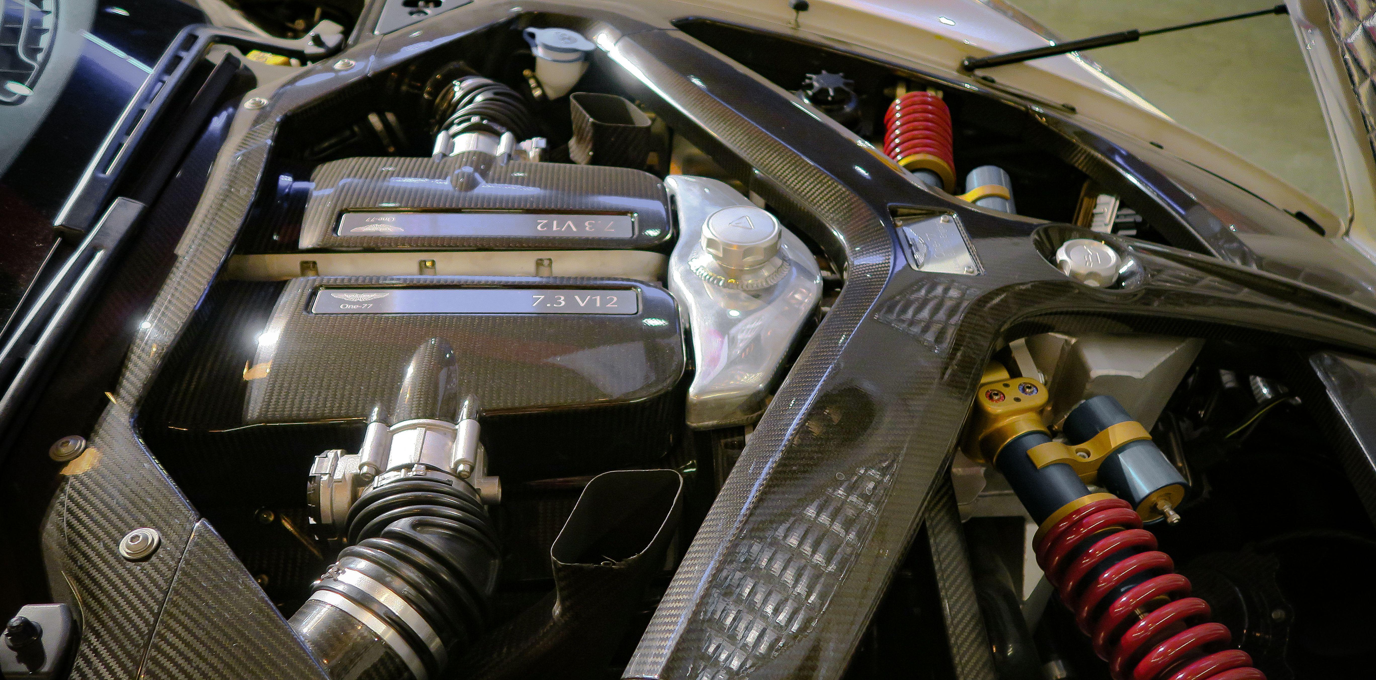 Der Motorraum des Aston Martin One-77 mit dem Stoßdämpfersystem.