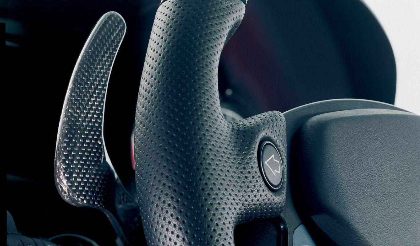 Aus Sichtcarbon gefertigtes Schaltpaddel im Ferrari Enzo.