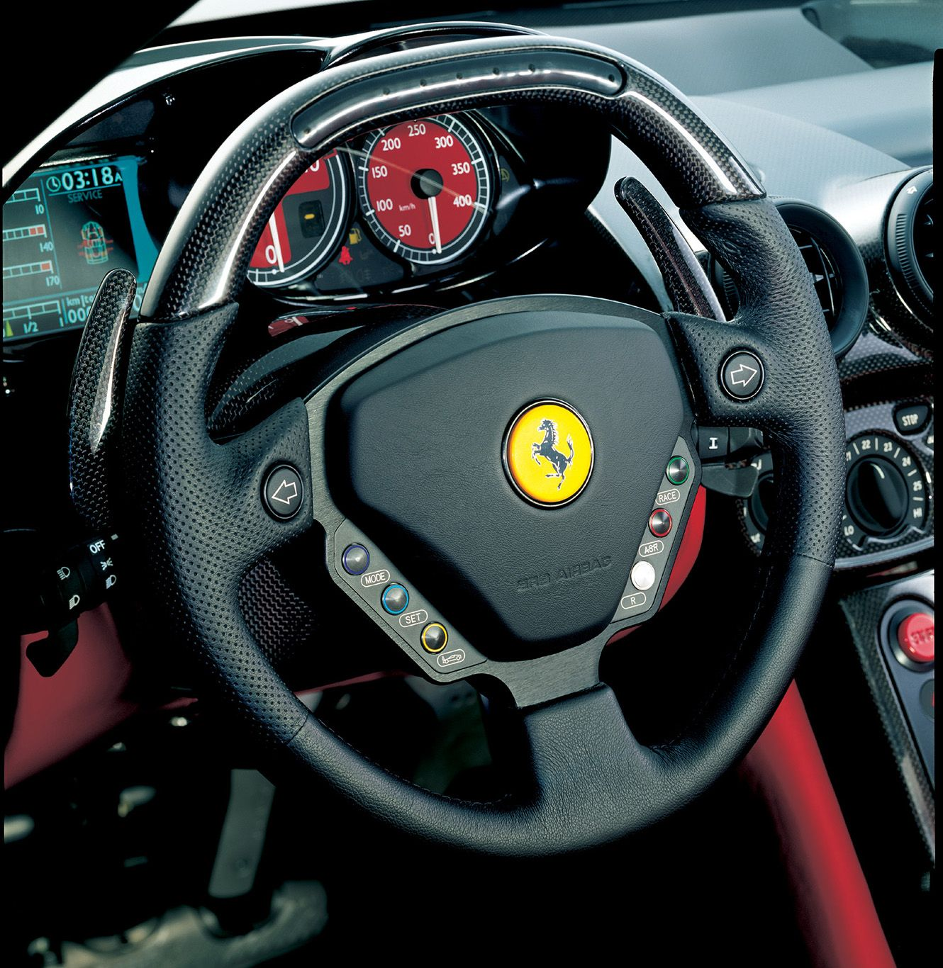 Lenkrad und Cockpit des Ferrari Enzo