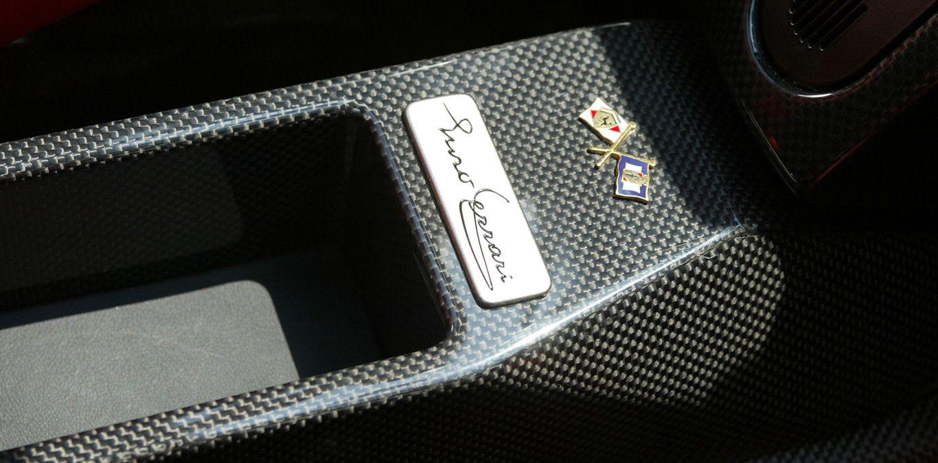 Mittelkonsole im Ferrari Enzo mit Namensplakette.