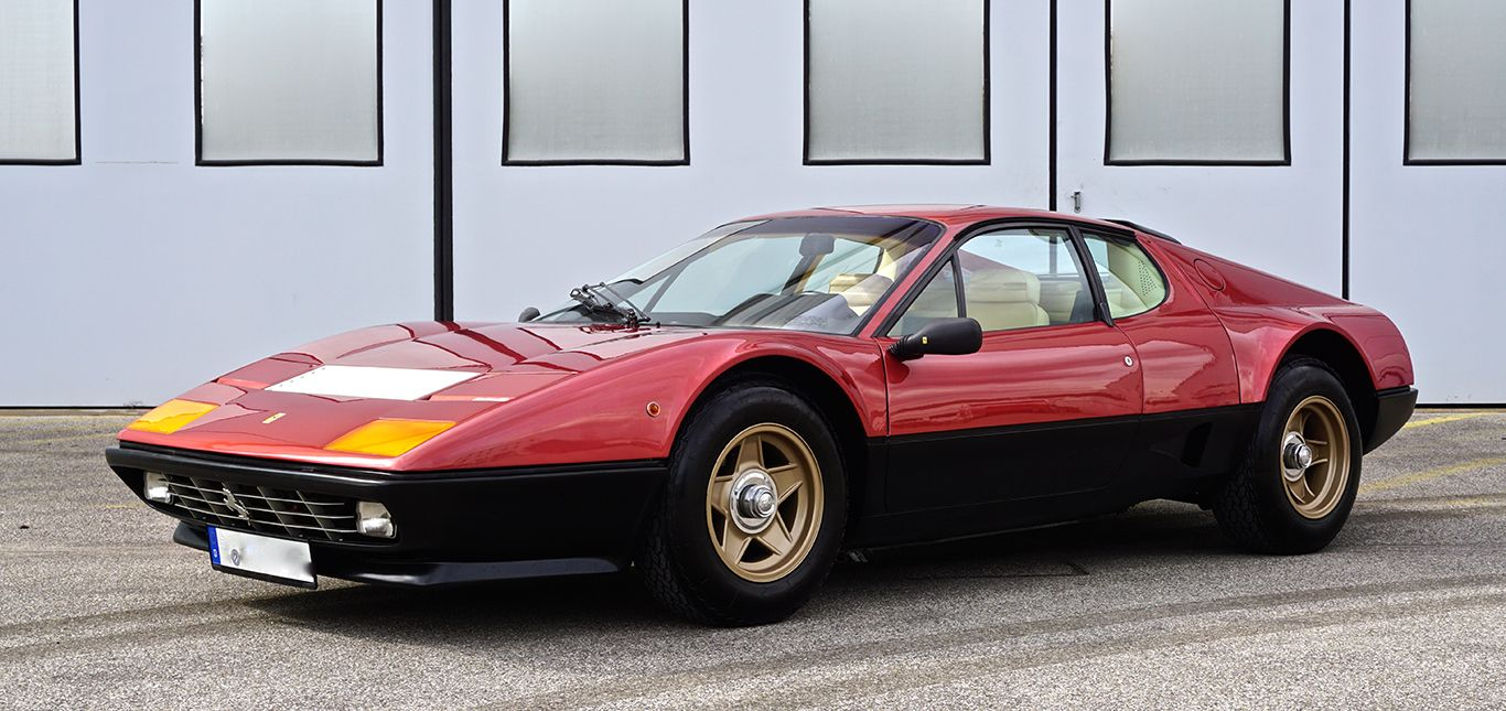 Ferrari 512 BBi in Rosso Robino schräg links vorne