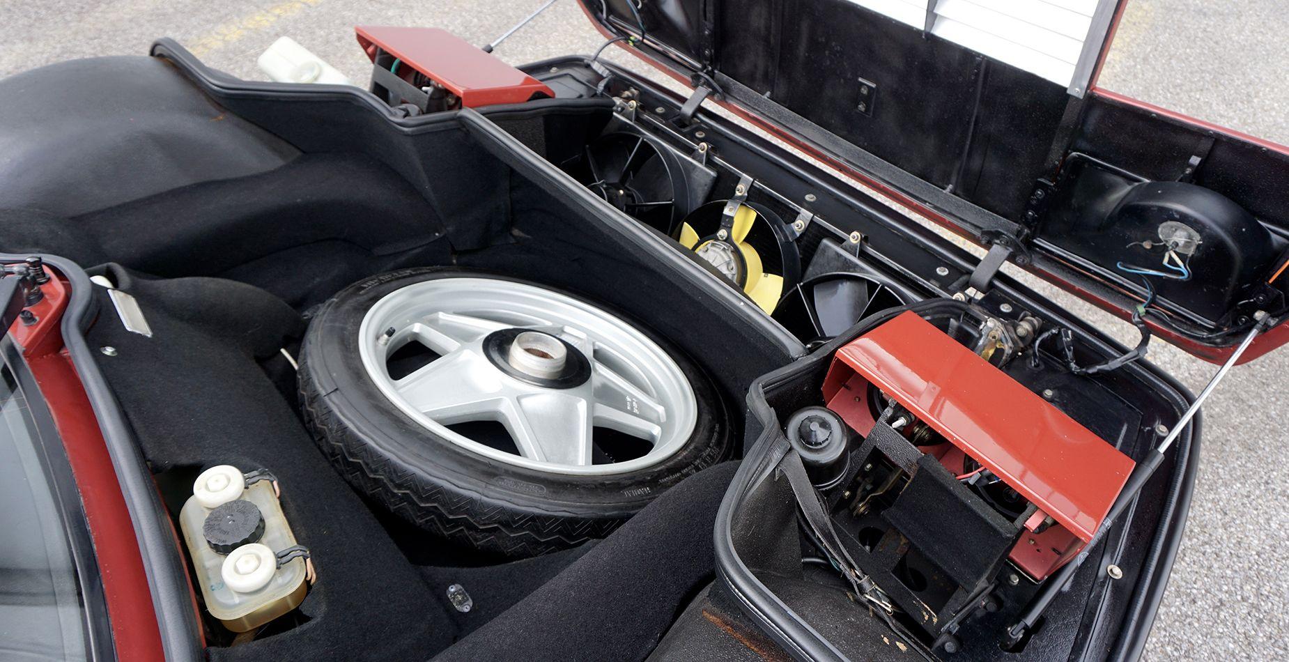 Ferrari 512 BBi Blick unter die Fronthaube auf das Reserverad