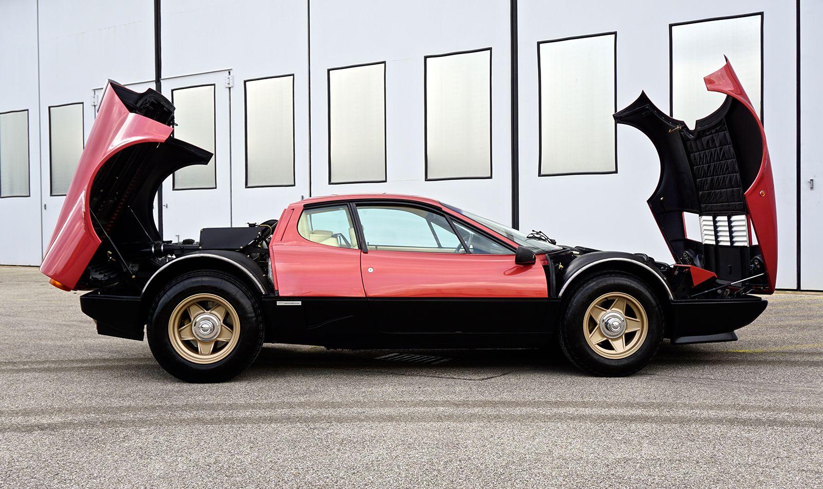 Ferrari 512 BBi mit aufgeklappter Motorhaube und vorderer Abdeckung Seitenansicht