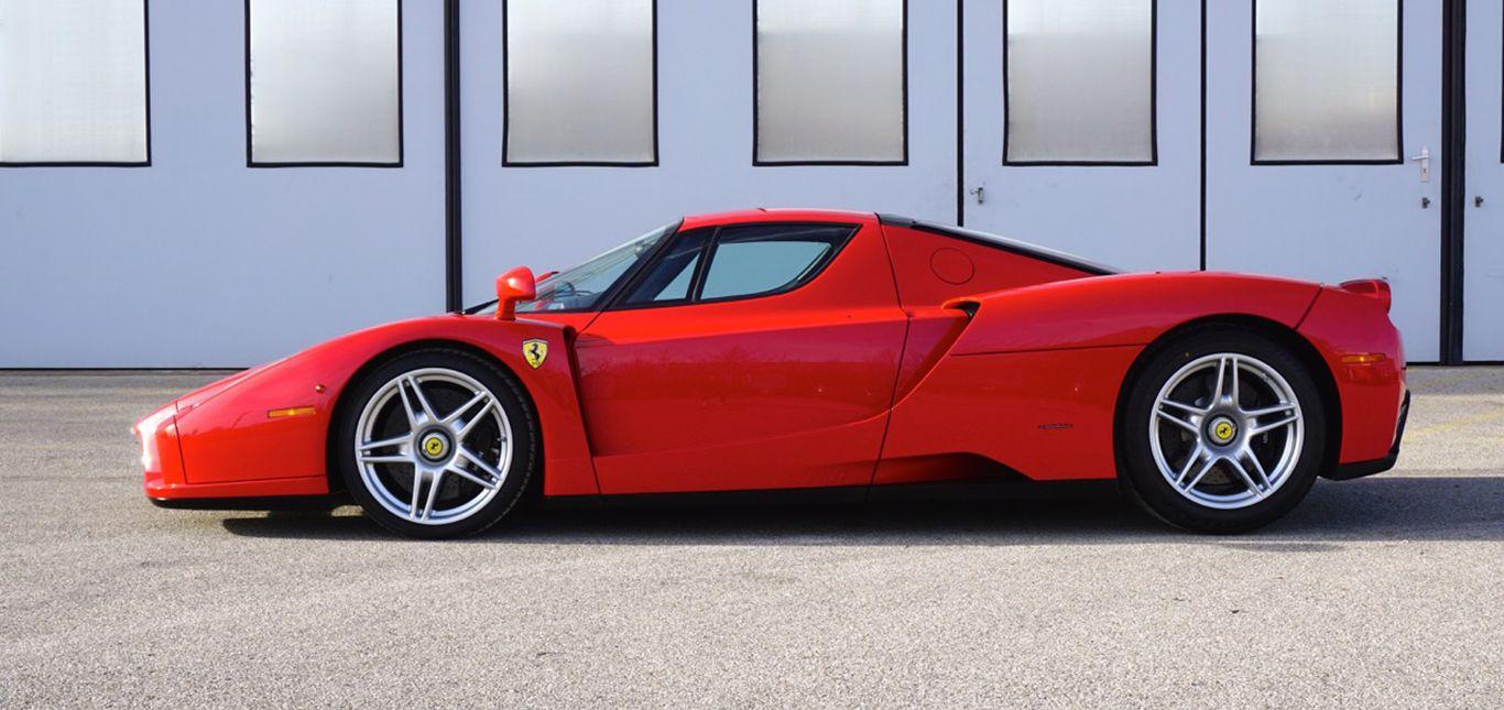 Ferrari Enzo Ferrari rot Seitenansicht vor Lagerhalle