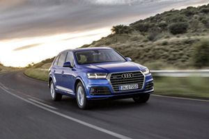 Audi Q7 auf Landstraße fahrend