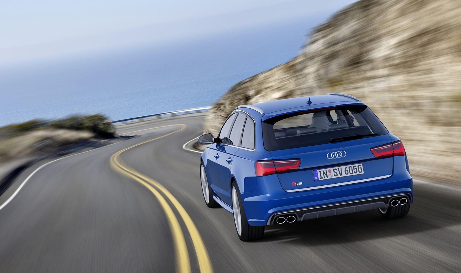 Audi S6 Avant blau Heckansicht auf amerikanischer Küstenstraße fahrend