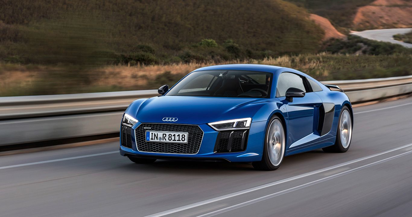 Audi R8 V10 plus in Arablau auf Landstraße fahrend Dämmerung