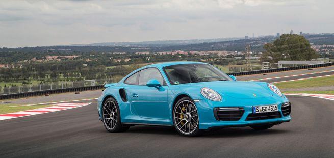 Porsche 911 991.2 Turbo S miamiblau auf Rennstrecke stehend