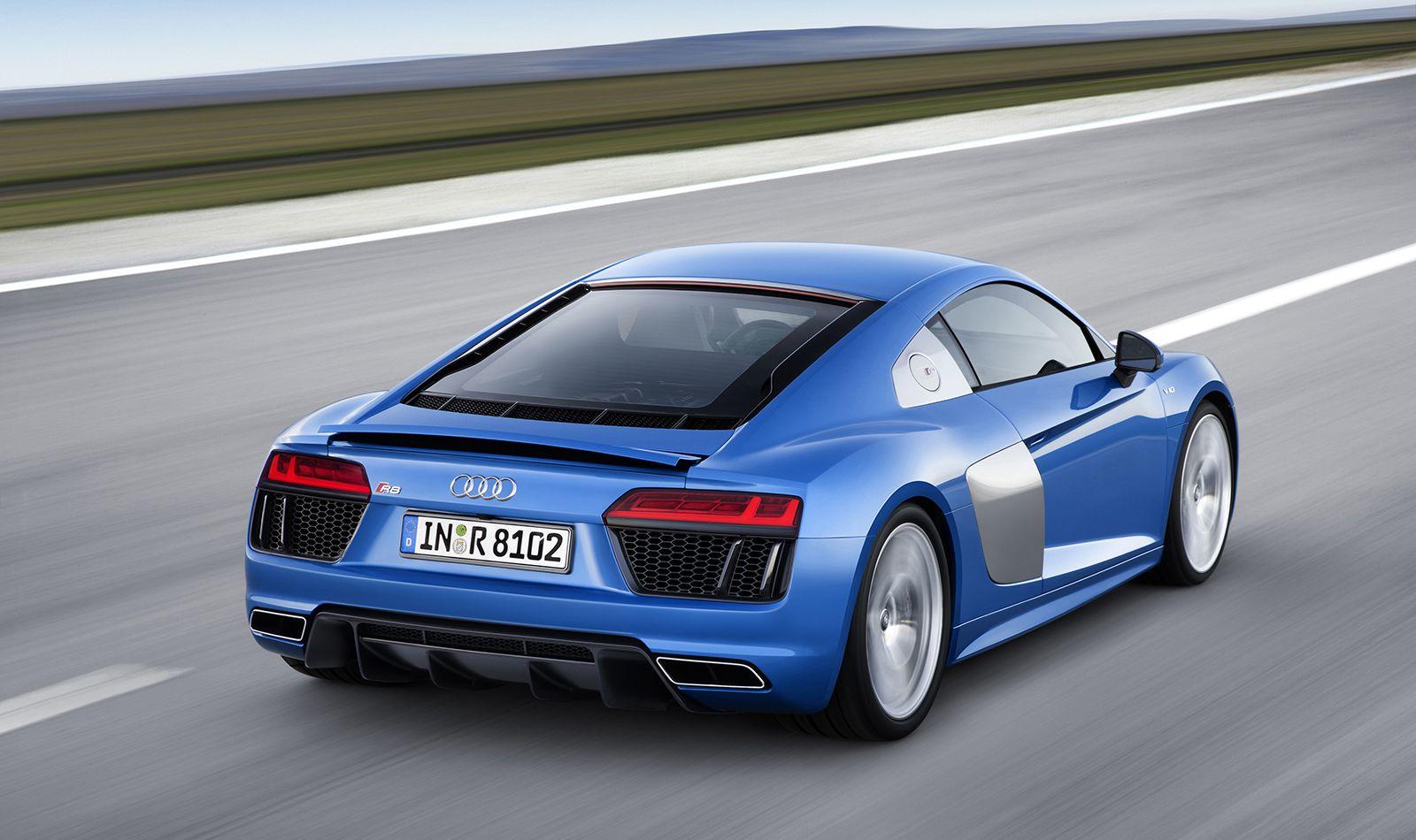 Audi R8 V10 quattro blau schräg rechts hinten fahrend