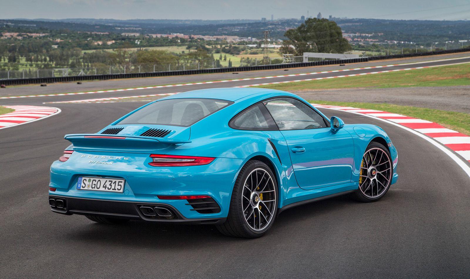 Porsche 911 991.2 miamiblau auf Rennstrecke stehend Heckansicht