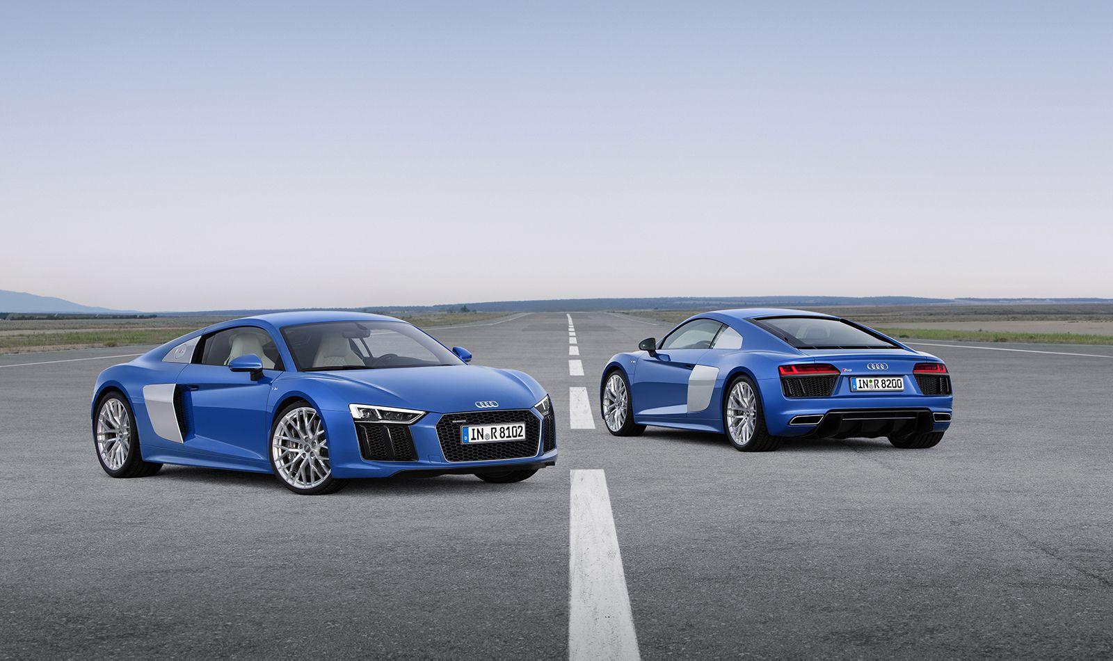 Zwei blaue Audi R8 V10 quattro versetzt parkend, von vorn und hinten zu sehen