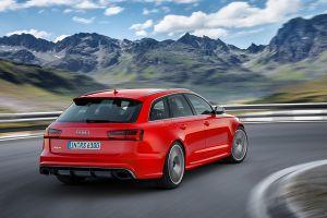 Audi RS6 Avant rot schräg rechts hinten fahrend auf Bergstraße