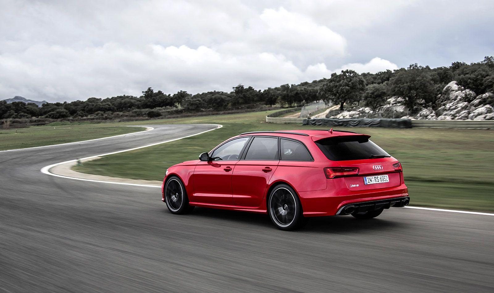 Audi RS6 Avant rot schräg links hinten fahrend