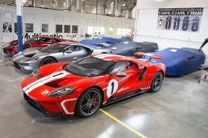 Roter Ford GT mit weißen Rennstreifen in der Manufaktur