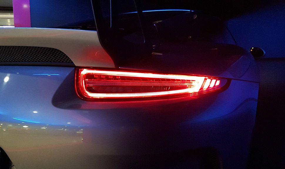 Porsche 911 GT3 RS Rückleuchte Detailansicht bei Dunkelheit