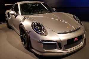 Porsche 911 GT3 RS GT-Silbermetallic schräg rechts vorne stehend