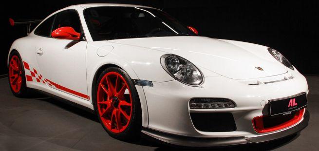Porsche 911 GT3 RS Carreraweiß rote Felgen und Seitenstreifen schräg rechts vorne