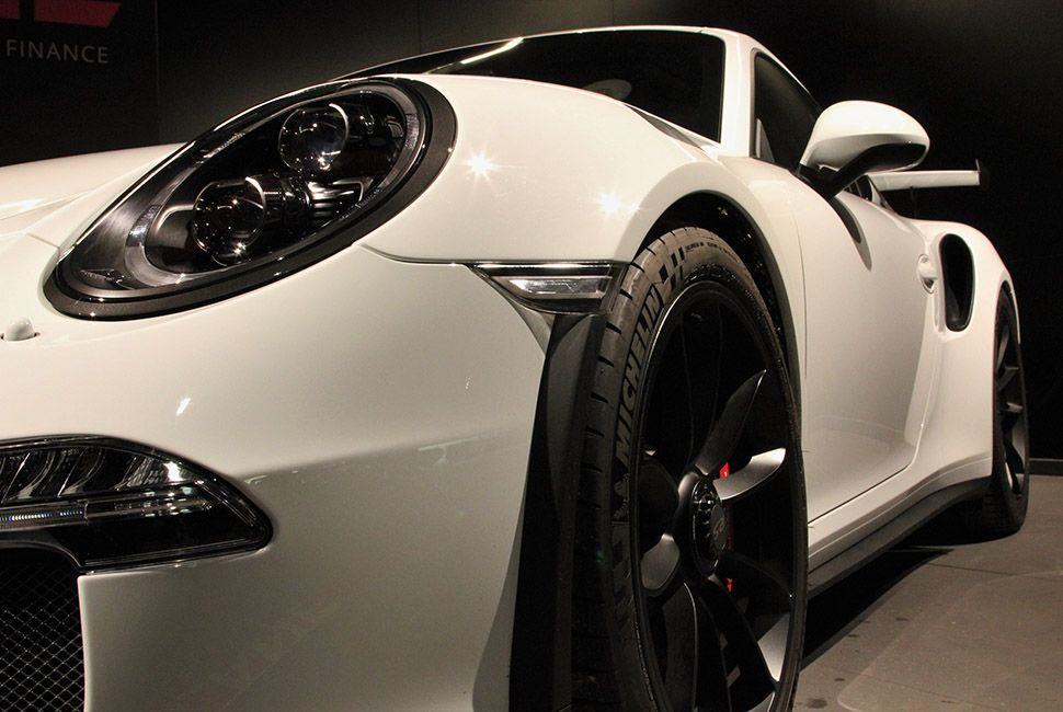 Weiß-schwarzer Porsche 911 991 GT3 RS Detailaufnahme schräg links vorne