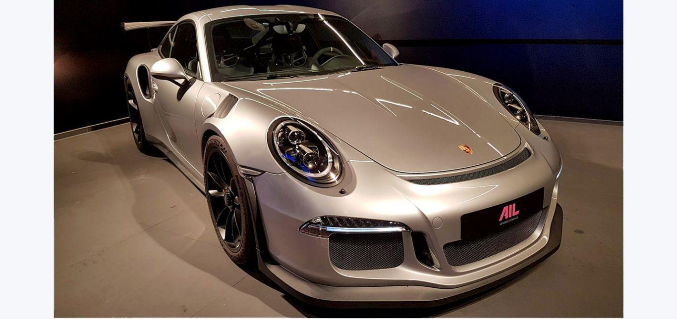Porsche 911 991 GT3 RS in GT-Silbermetallic schräg rechts vorne stehend