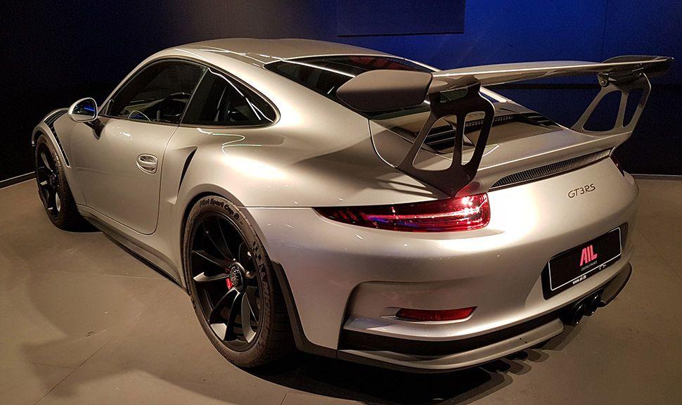 Porsche 911 GT3 RS GT-Silbermetallic schräg links hinten