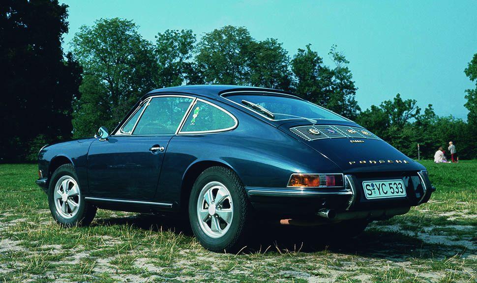 Porsche 911 Urmodell blau schräg links hinten auf Wiese stehend
