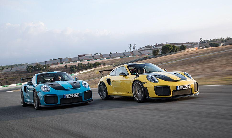 Zwei Porsche 991 911 GT2 RS (gelb und blau) nebeneinander auf einer Rennstrecke fahrend