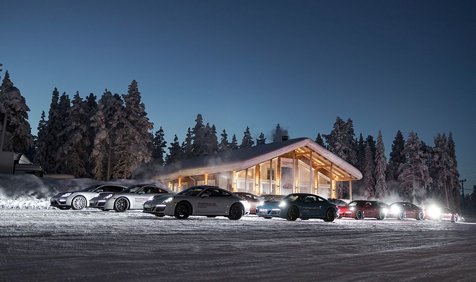 Mehrere Porsche 911 in verschneiter skandinavischer Nacht