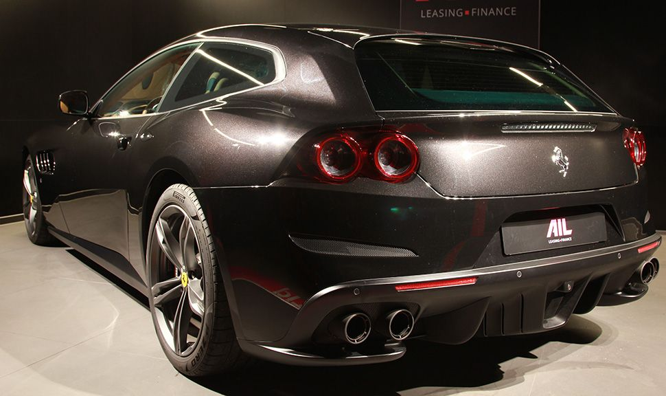 Ferrari GTC4Lusso schwarz schräg links hinten