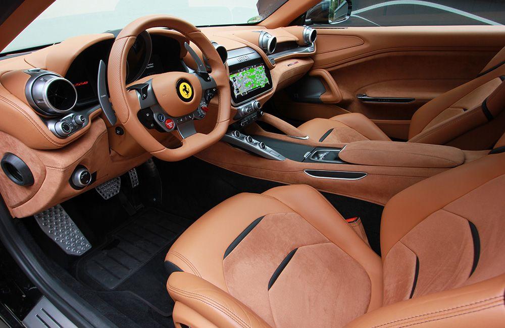 Blick ins Cockpit des Ferrari GTC4Lusso von der Fahrertür aus