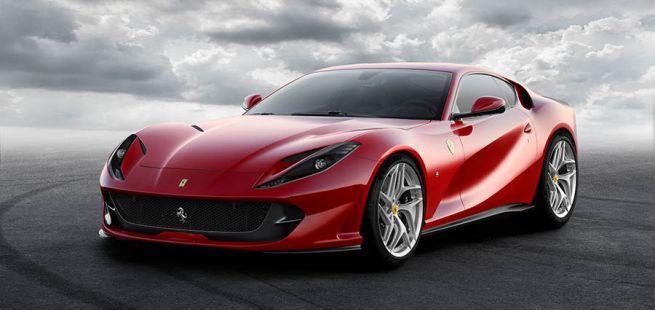 Roter Ferrari 812 Superfast gegen grauen Wolkenhimmel