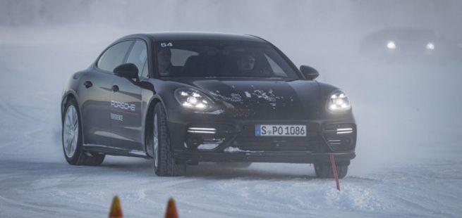 Porsche Panamera beim Drift im Schnee