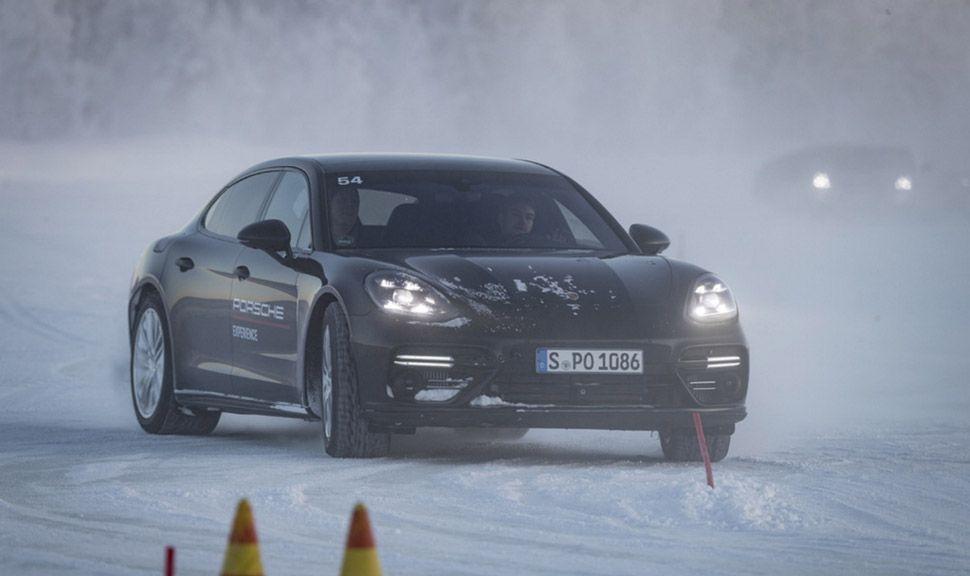 Porsche Panamera driftet im Schnee