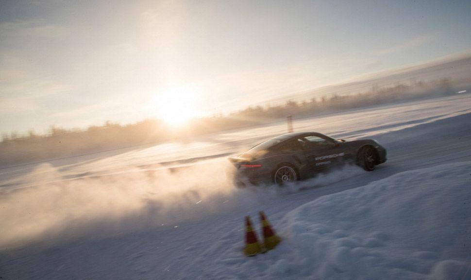 Porsche 911 driftet im Schnee