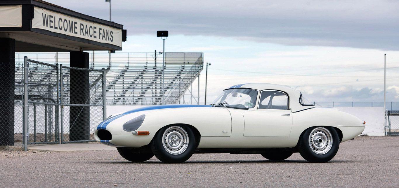 Weißer Jaguar E-Type Lightweight Competition mit blauem Racingmittelstreifen