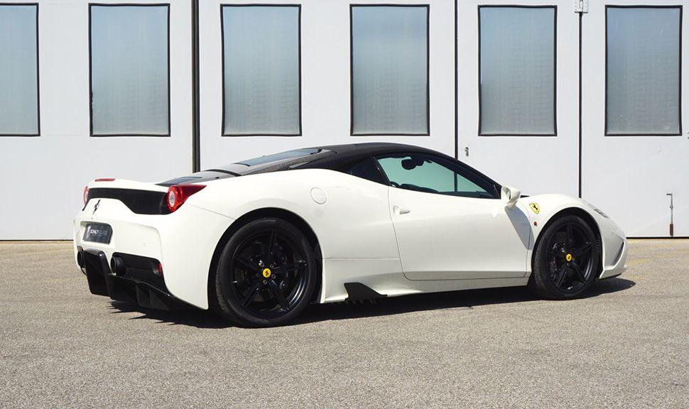 Ferrari 458 Speciale in Weiß mit schwarzem Dach und Felgen