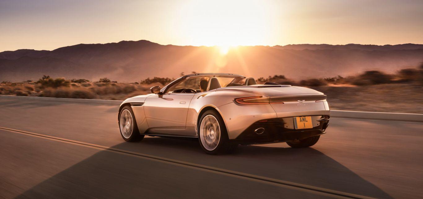 Aston Martin DB11 Volante im Sonnenuntergang fahrend